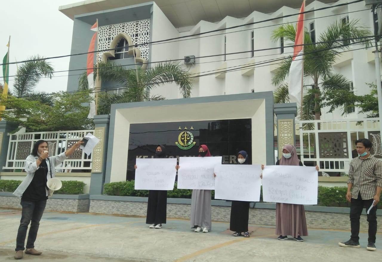 Demo Kejari Lhokseumawe, Mahasiswa: Segera Tetapkan Tersangka Kasus Tanggul Cunda-Meuraksa thumbnail